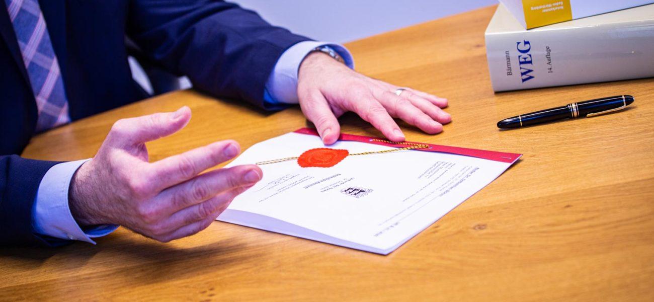 Notar Dr. Sebastian Böhm erklärt Dokumente